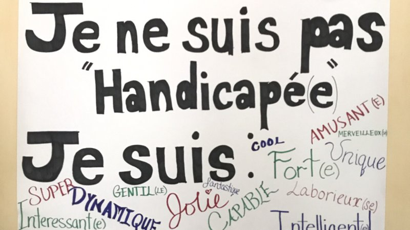 """A sign that says in French, """"I am not handicapped, I am awesome!"""""""