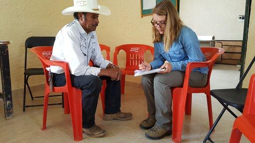 Voluntaria Deanna Seil con socio de Charape La Joya, Querétaro, México